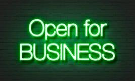 在砖墙背景的营业霓虹灯广告 免版税库存图片
