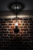 在砖墙背景的葡萄酒灯 库存图片