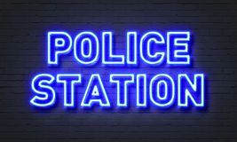 在砖墙背景的警察局霓虹灯广告 库存图片