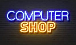 在砖墙背景的计算机商店霓虹灯广告 库存图片