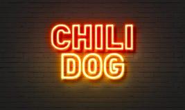 在砖墙背景的辣味热狗霓虹灯广告 免版税图库摄影