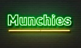 在砖墙背景的Munchies霓虹灯广告 免版税库存图片