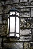 在砖墙-黑白照片上的灯笼 免版税图库摄影