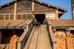 在砖工厂的地方人工作 尼泊尔 免版税图库摄影
