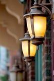 在砖店面之外的两个铜灯笼在历史城市 免版税图库摄影
