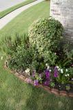 在砖房子附近的一个小庭院设计 库存图片