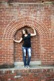 在砖构筑的城市青少年的女孩 库存图片