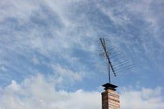 在砖烟囱的电视天线 免版税库存图片