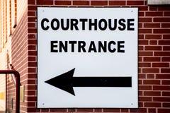 在砖瓦房的法院大楼标志 库存照片