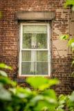 在砖瓦房的窗口与梦想标志 库存图片