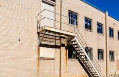 在砖瓦房的老生锈的台阶 库存图片