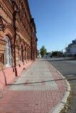 在砖瓦房附近的边路 免版税库存图片