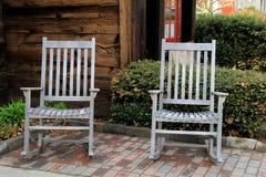 在砖的两把老灰色阿迪朗达克椅子 免版税图库摄影