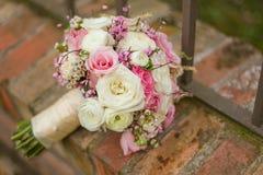 在砖的五颜六色的新娘花束 免版税库存图片