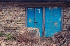 在砖的蓝色门 免版税库存照片
