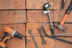 在砖背景的工具  库存图片