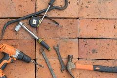在砖背景的工具  免版税图库摄影