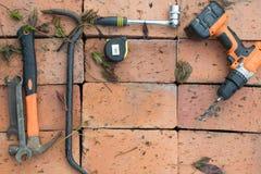 在砖背景的工具  免版税库存图片