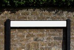在砖背景的空白的路名字标志 库存图片