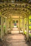 在砖走道的木拱道 库存照片