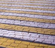 在砖路面的斑马步行路标 背景 免版税库存照片
