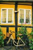 在砖黄色墙壁上的Bycicle 图库摄影