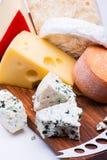 在砧板的乳酪 库存照片