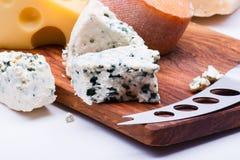 在砧板的乳酪 免版税库存图片