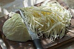 在砧板的圆白菜 免版税库存图片