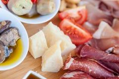 在砧板的意大利食物 免版税库存照片