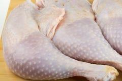 在砧板的新鲜的原始的鸡翼 免版税图库摄影