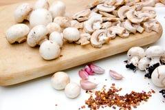 在砧板的蘑菇 免版税库存图片