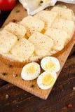 在砧板的顶视图用鹌鹑蛋和面包 库存图片