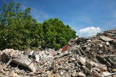 在破坏站点-一个新的大厦的地方的爆破小块 免版税图库摄影