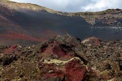 在破火山口科罗拉多,兰萨罗特岛的红色岩石 库存图片