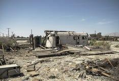 在破烂物中的被撕毁的拖车在Salton海,加利福尼亚-夏天2007年 免版税库存照片