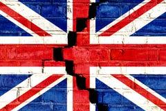 在破裂的分开的砖墙上绘的英国英国旗子 大英国的,英国,英国, Brexit概念图象 免版税库存图片
