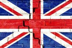 在破裂的砖墙上绘的英国英国旗子 库存图片