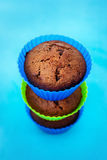 在硅树脂持有人的新鲜的巧克力松饼 免版税图库摄影
