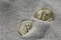 在硅沙子被看见部分地埋葬的Bitcoins,在这技术隐藏货币的这个概念图象 免版税图库摄影