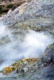 在硫质喷气孔火山口的硫磺,波佐利,那不勒斯,意大利 库存图片
