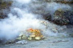 在硫质喷气孔火山口的硫磺,波佐利,那不勒斯,意大利 免版税图库摄影