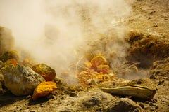 在硫质喷气孔的硫磺春天 库存图片