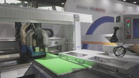 在硬件技术的陈列的Cnc机器 计算机数控机床在陈列的工作 影视素材