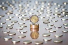 在硬币中堆的泰铢硬币  免版税库存照片