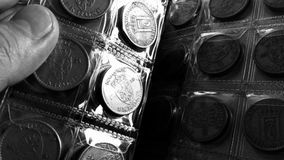 在硬币书的转动的页 库存图片