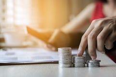 在硬币企业财务的企业手 免版税库存图片