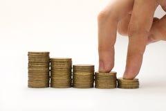 在硬币台阶的男性手指步行 免版税库存照片