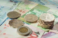 在硬币和笔记的香港美元 图库摄影
