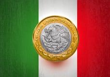 在硬币的一面墨西哥比索旗子 库存照片